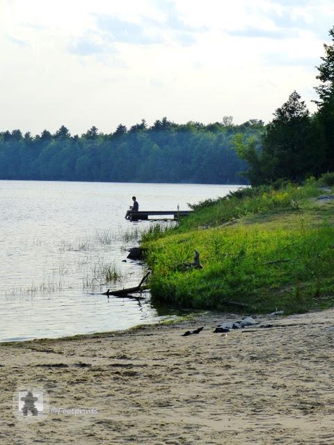 Gegen Abend ziehen Rauchschwaden und der Geruch von Bonfire und BBQ vom Campground her ueber den Park. Jetzt ist auch eine gute Zeit um die Angel ins Wasser zu halten...