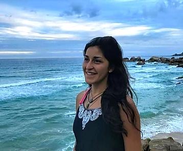mulher em frente ao mar olhando o horizonte