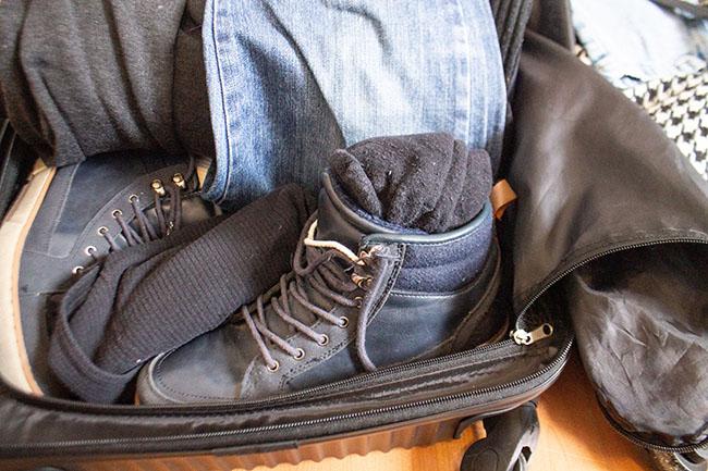 Como dobrar roupa na mala