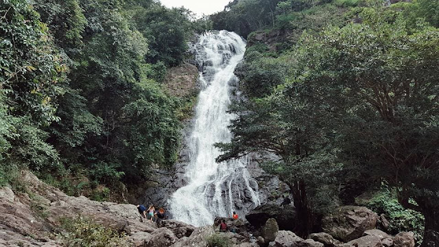 น้ำตกสาริกา เป็นหนึ่งในสถานท่องเที่ยวที่ขึ้นชื่อ อันดับต้นๆใน จ.นครนายก เป็นน้ำตก 9 ชั้น สูงที่สุดประมาณ 200 เมตร