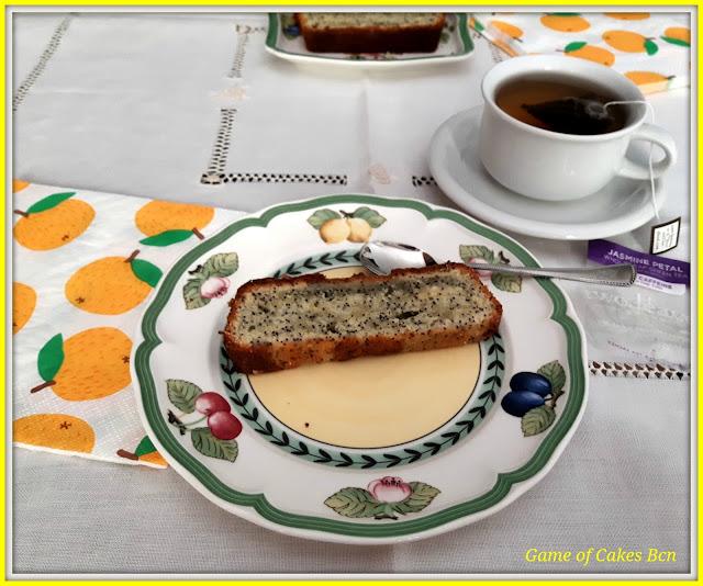 Porción de bizcocho de limón y semillas de amapola