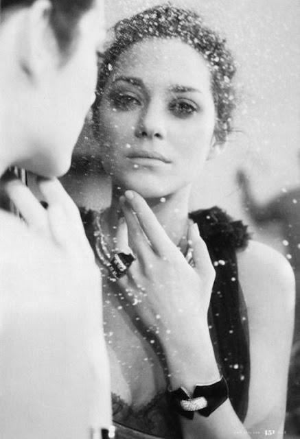 Mujer mirándose al espejo...