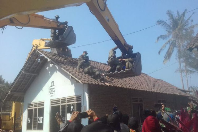 Tolak Tanah Digusur untuk Bandara, Sumiyo Bergulat dengan Petugas di Atap Rumah