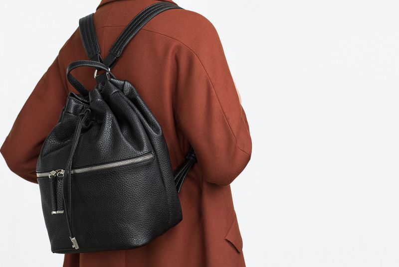 c669d36f913b1 تعتبر حقيبة الظهر من آخر صيحات الموضة لذلك أنصحكن باختيار هذه الحقيبة  باللون الأسود التي تتميز بأسلوبها الكلاسيكي وقماشها الملفت.