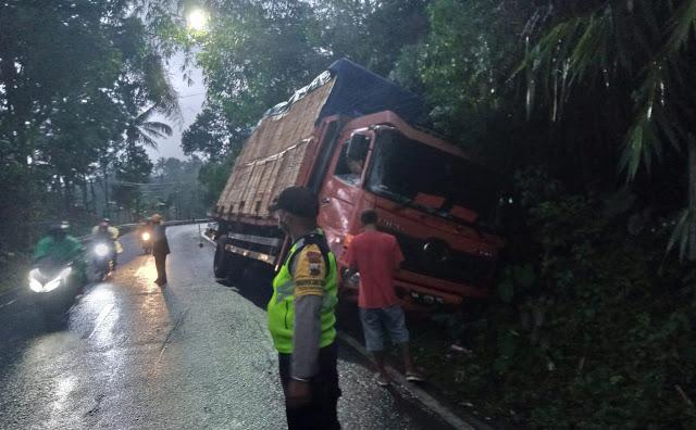 Truk Angkut Triplek Masuk Selokan di Bayeman, Polisi Atur Arus Lalu Lintas