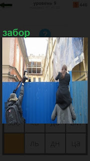 Фотографы лезут через забор чтобы сделать фотографию