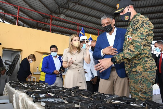 Interior y Policía presenta las primeras armas de fuego recuperadas en piloto de Cristo Rey. Un total de 163 de* *diferentes calibres fueron presentadas