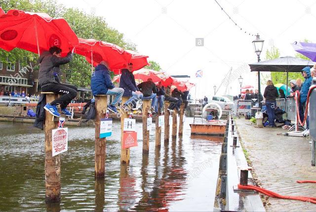 الجلوس على عامود خشبي رياضة شعبية في هولندا