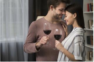 casal com uma taça de vinho