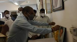 राजीव गांधी की पुण्यतिथि पर शहर कांग्रेस ने किया फल वितरण