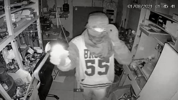 Assaltante invade relojoaria e furta objetos em Adamantina; câmeras flagram ação do bandido