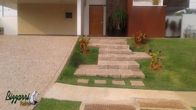 Escada de pedra folheta junto ao piso de pedra paralelepípedo em casa em condomínio em Sousas-SP.