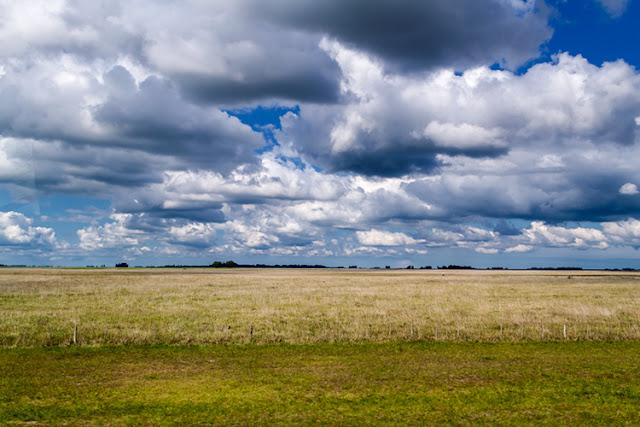 Paisaje campestre con nubes