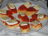 Tostada caliente de sobrasada y queso brie.