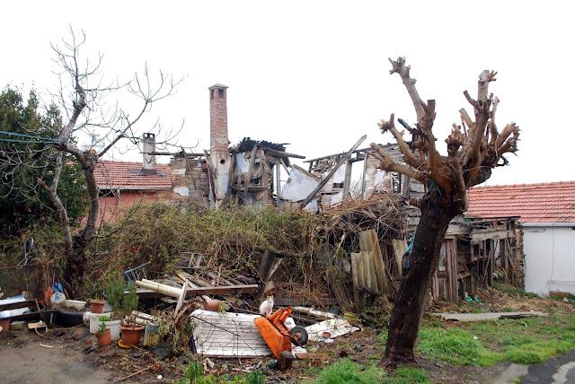 Разрушенные дома у маяка перед Босфором. Турция.