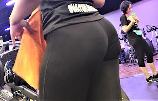 Chava nalgona usando calzas entalladas gym