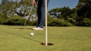 jogando golfe