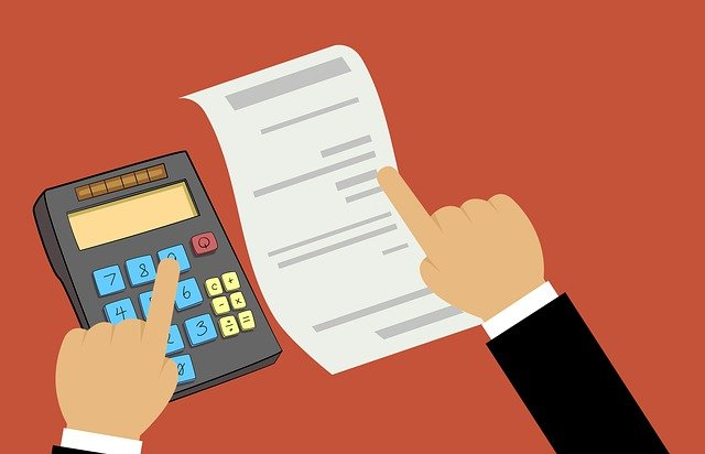 Ilustración que muestra una mano usando una calculadora y la otra mano apuntando a una hoja de papel