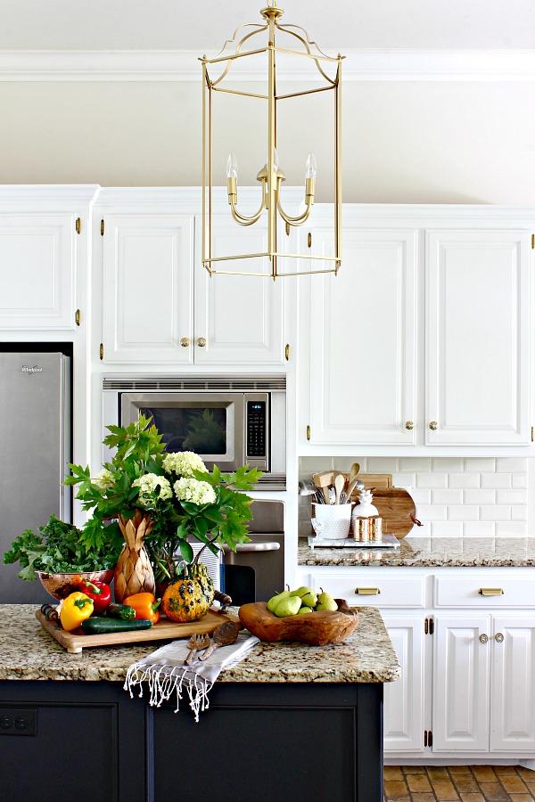 white kitchen cabinets, fall decor, gold lantern pendant lights, brass cabinet hardware, kitchen styling