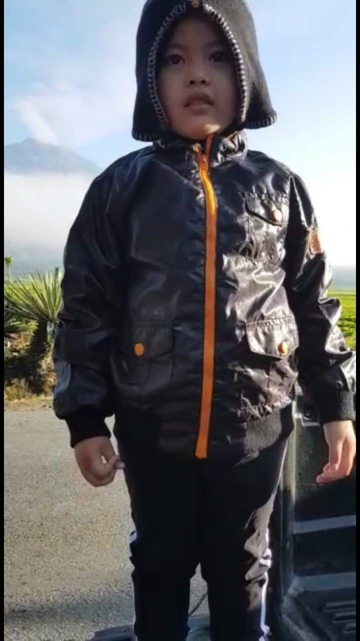 Salut ! Gadis Umur 4 tahun ikut sambut HUT RI di Gunung Kerinci