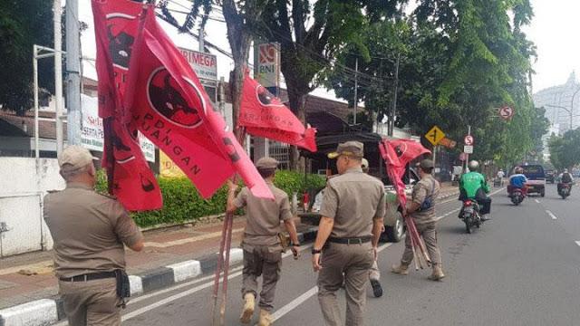 Ganggu Pemandangan dan Resahkan Warga, 500 Bendera dan Spanduk PDIP Diturunkan