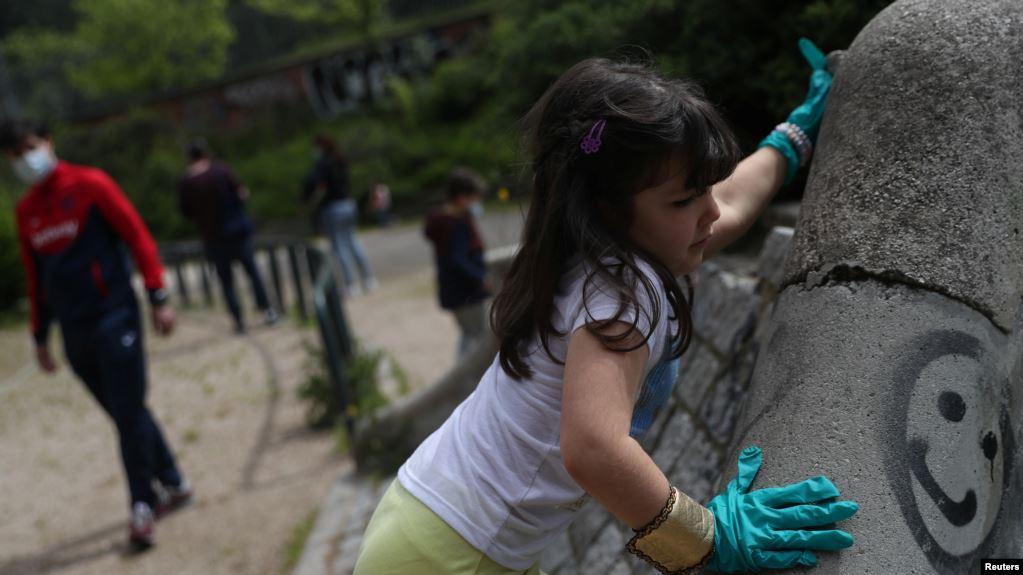 Los niños españoles han podido de nuevo salir a las calles a jugar, pero con muchas restricciones / REUTERS