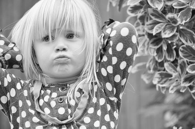 Kleines Mädchen verschränkt die Arme hinter dem Kopf
