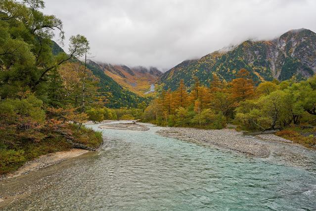 Source : https://www.vecteezy.com/photo/1307686-autumn-season-in-kamikochi-nagano-japan