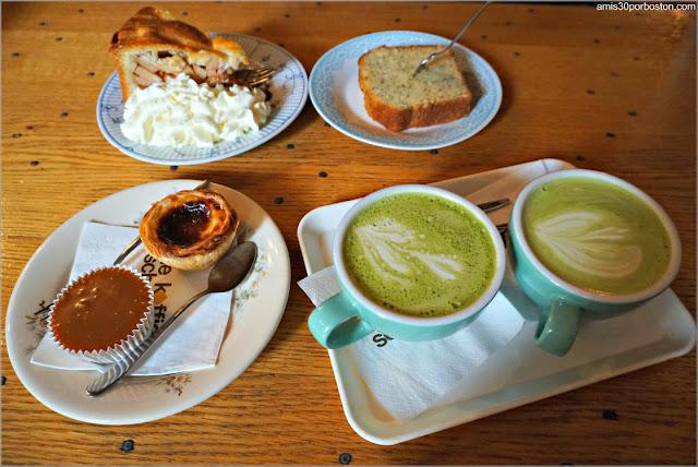 Desayuno en la Cafetería De Koffieschenkerij en Amsterdam