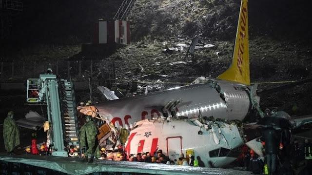 Detik-detik Mengerikan Pesawat Boeing Jatuh dan Terbelah di Bandara Turki