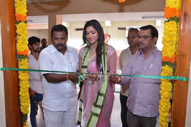 Actress Shalu Chourasiya Inaugurates Pochampally IKAT art mela at Vijayawada