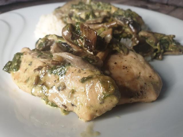 Filety z kurczaka w sosie śmietanowym z pieczarkami i szpinakiem