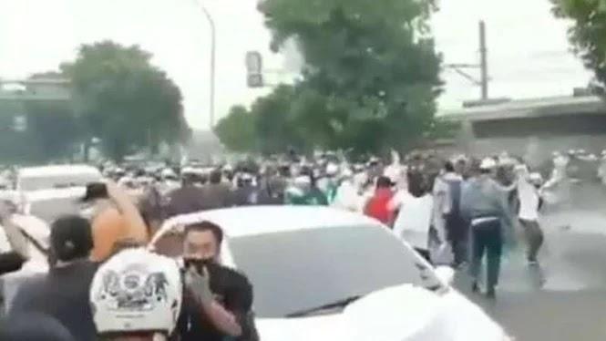 Jalanan Fly Over Pondok Kopi Dipenuhi Ratusan Massa Pendukung Habib Rizieq, Aparat Kewalahan