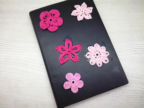 Virkatut kukat muistikirjan kanteen