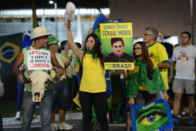 devolveu esse dinheiro à Caixa. Não obteve nenhum benefício pessoal e nem os seus piores inimigos conseguem acusá-la de qualquer ato de corrupção.   2.O impeachment é um golpe justamente por isso, porque a presidente só pode ser afastada se estiver comprovado que ela cometeu um crime - e esse crime não aconteceu, tanto que, até agora, o nome de Dilma tem ficado de fora de todas as investigações de corrupção, pois não existe, contra ela, nem mesma a mínima suspeita.   3.Ao contrário da presidenta Dilma, os políticos que pedem o afastamento estão mais sujos que pau de galinheiro. Eduardo Cunha (PMDB-RJ), que como presidente da Câmara é o responsável pelo processo do impeachment, recebeu mais de R$ 52 milhões só da corrupção na Petrobrás e é dono de depósitos milionários em contas secretas na Suíça e em outros paraísos fiscais. Na comissão de deputados que analisará o pedido de impeachment, com 65 integrantes, 37 (mais da metade!) estão na mira da Justiça, investigados por corrupção. Se eles conseguirem depor a presidenta, esperam receber, em troca, a impunidade pelas falcatruas cometidas.