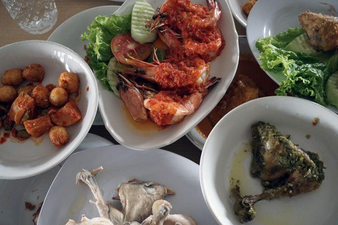 Sajian makan siang di Rumah Makan Lamun Ombak