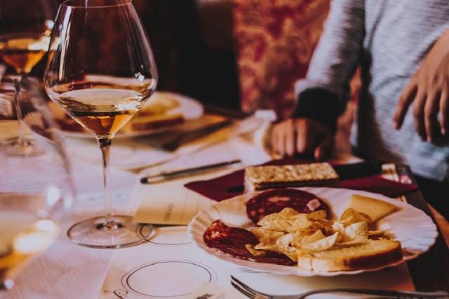 Nhâm nhi rượu vang nổi tiếng giữa không gian nên thơ