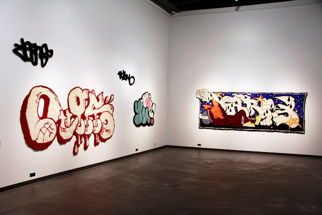 kuvassa näkymä huoneesta, jossa taideteoksia seinillä.