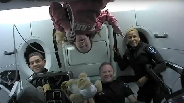 Passageiros da SpaceX retornam à Terra após três dias no espaço