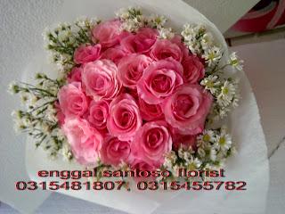 rangkaian bunga tangan model bulat mawar pink
