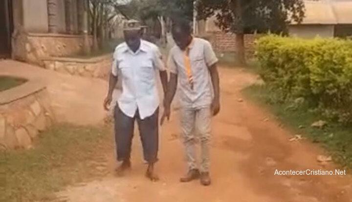 Hombre con parálisis vuelve a caminar