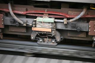 Mengenal Rel Ketiga, Rel Konduktor Pada Listrik Aliran Bawah Kereta LRT Jakarta