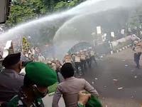 Aksi Demo Buruh dan Mahasiswa Warnai Kericuhan