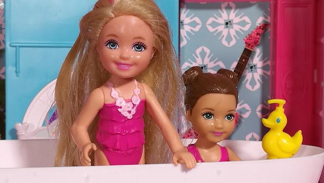 Chelsea celebra una fiesta de pijamas en Casa de Barbie - Capítulo #22 -- Juguetes barbie en español