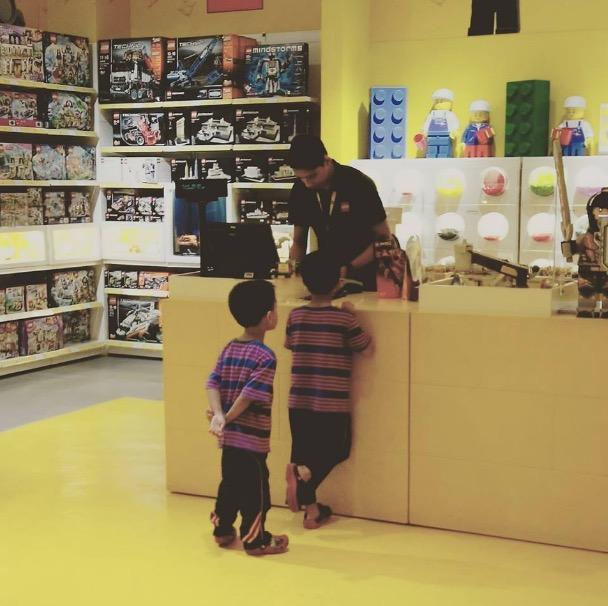 Kami Kagum Melihat Lelaki Ini Berjaya Tahan Hati Belanjakan Anak Mainan