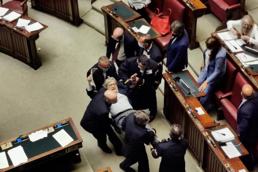 Vittorio Sgarbi portato fuori dal Parlamento