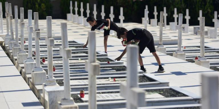 Τα θύματα της τουρκικής εισβολής στο μνημείο στη Λευκωσία της Κύπρου