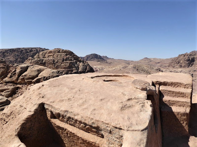 la roccia con l'altare del sacrificio