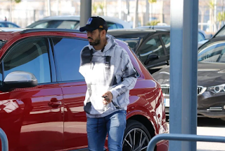 Suarez arrives at Barcelona hospital and will have urgent knee surgery