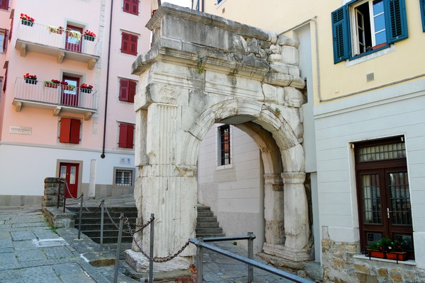 trieste vestiges romains antiquité arc riccardo